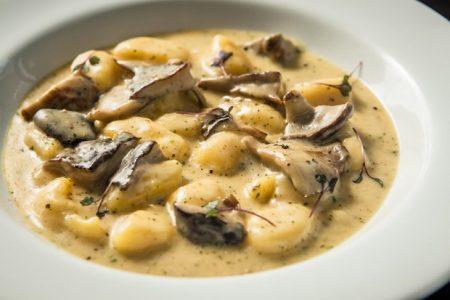 Nhoque de batata com molho de cogumelos